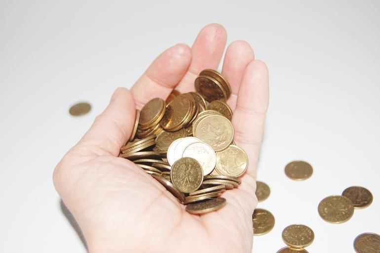 dlaň držící hrst mincí