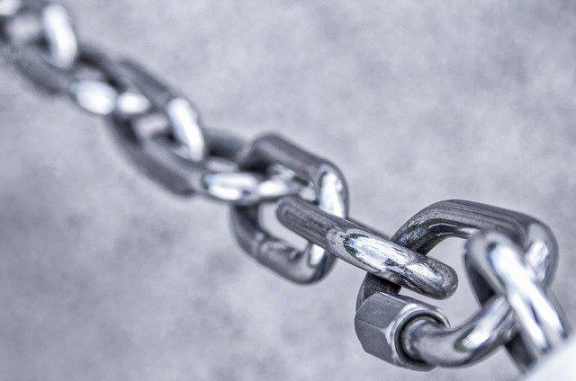 železný řetěz spojující jednu stranu s druhou